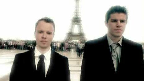 Billede af to herrer foran Eiffeltårnet i Paris