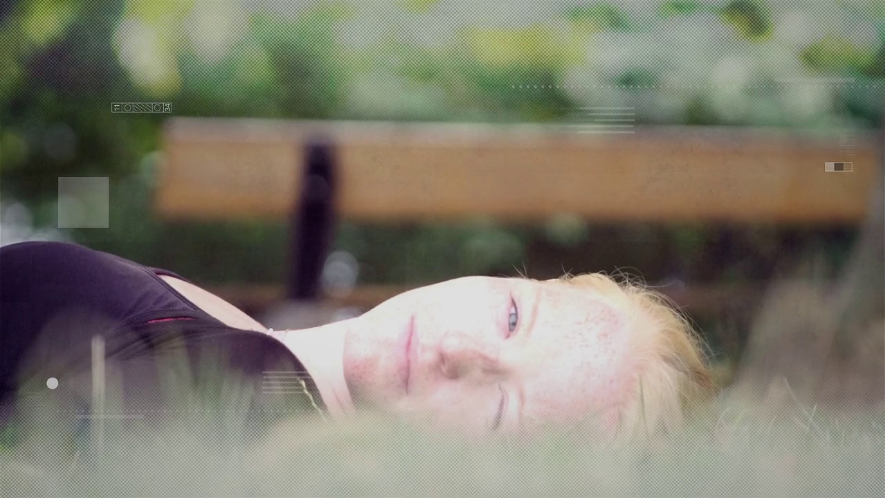 På billedet ligger en pige og ligger i græsset. Billedet er til KØNSIDENTITET OG MOBNING