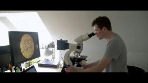 klimaaendringer-i-groenland-film2-forsker-mikroskop