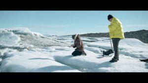 klimaaendringer-i-groenland-film2-forskere-tager-vandproeve
