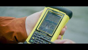 klimaaendringer-i-groenland-film3-forsker-kigger-på-maaling