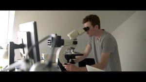 klimaaendringer i groenland film3 forsker mikroskop